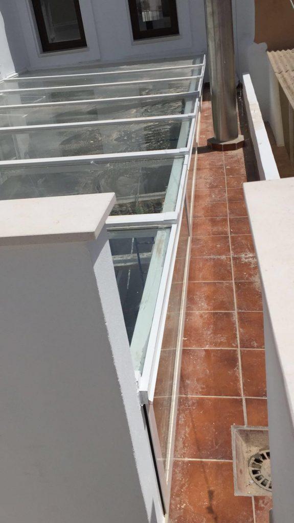 Techo de aluminio y vidrio.