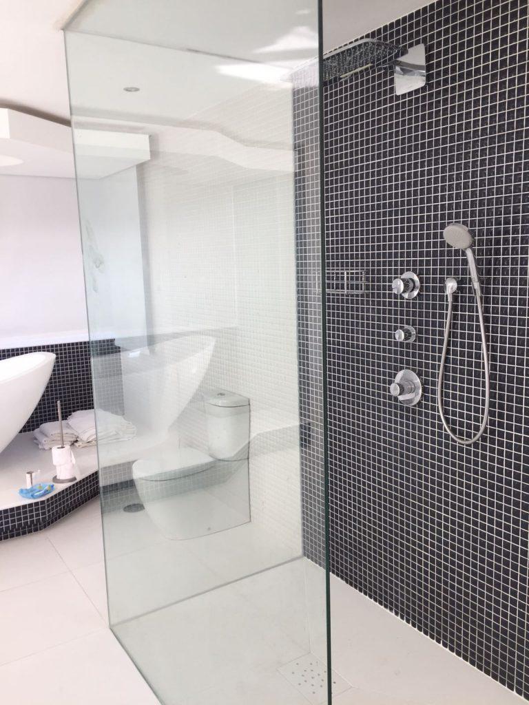 Mampara de vidrio de baño.